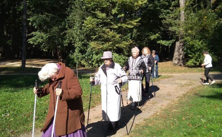 Львів'яни поважного віку займатимуться скандинавською ходьбою