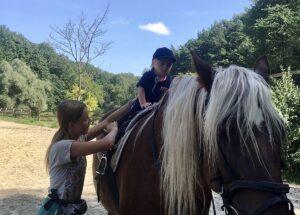 У Львові для дітей та молоді з інвалідністю організували заняття з іпотерапії
