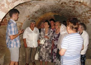 Літні львів'яни побували на екскурсії в підземеллі костелу отців Єзуїтів