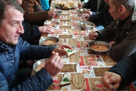 Помилися, поїли, отримали одяг і допомогу: місто знову організувало масштабний захід для безхатьків