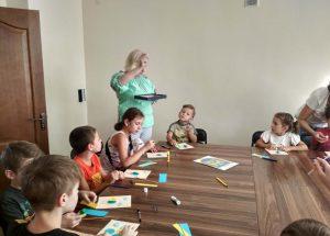 Діти зі Сходу України виготовляли патріотичні листівки
