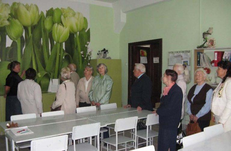 Бабусі й дідусі територіального центру побували на екскурсії в мистецькому навчальному закладі