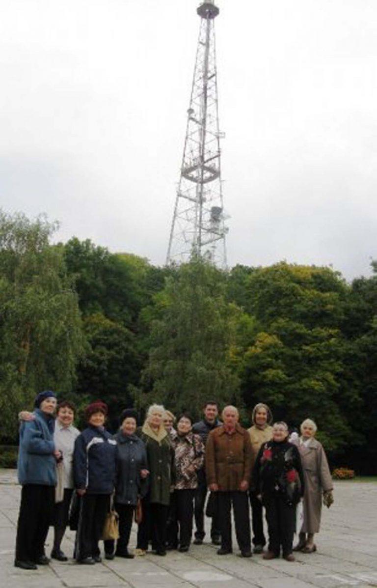 Львів'яни літнього віку мандрували  парком Високий Замок