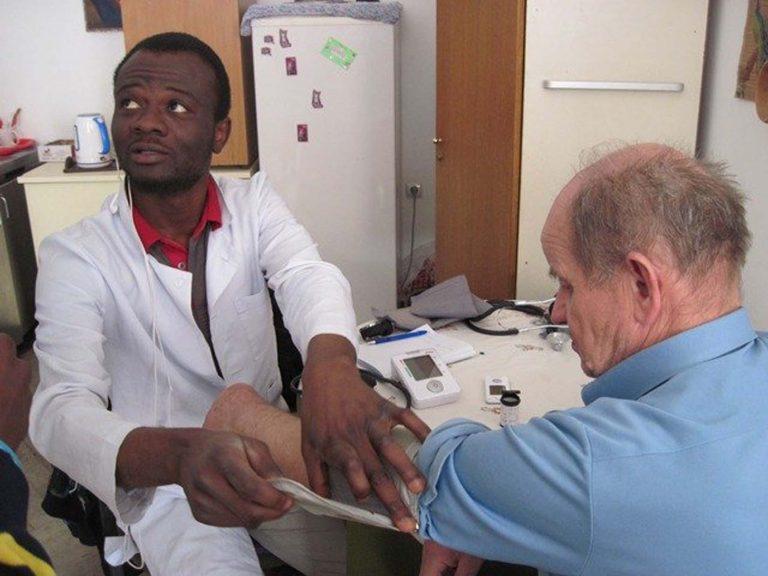 У Карітасі Львова студенти-медики з Африки щоп'ятниці міряють тиск і перевіряють кров на цукор