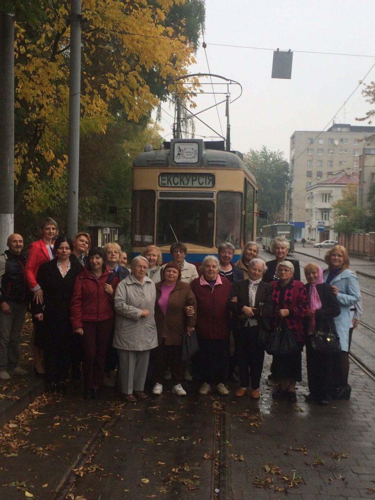 Літні городяни мандрували вулицями на ретро-трамваї
