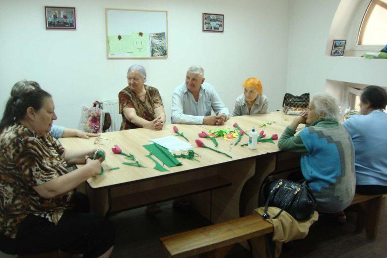 Літні львів'яни робили букети з цукерок