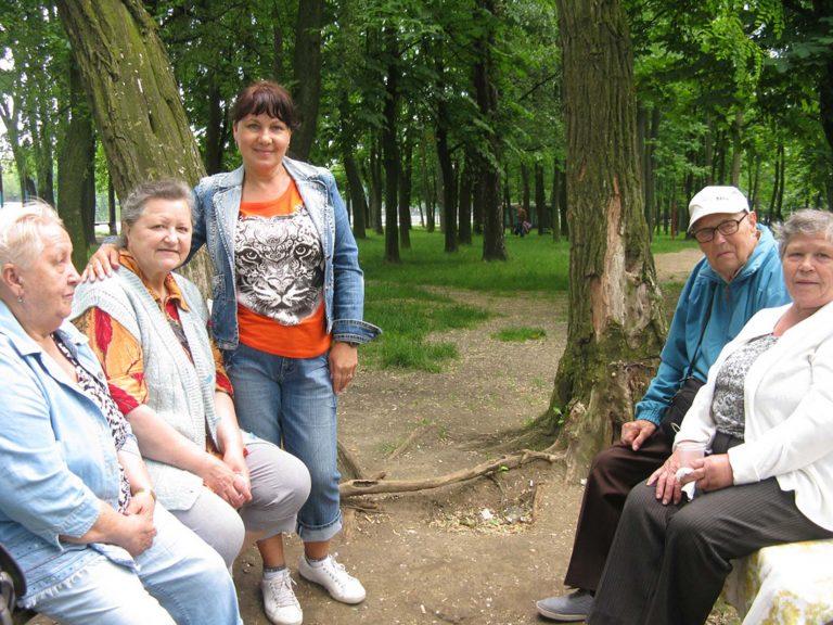 Для літніх людей влаштували пікнік в колі друзів