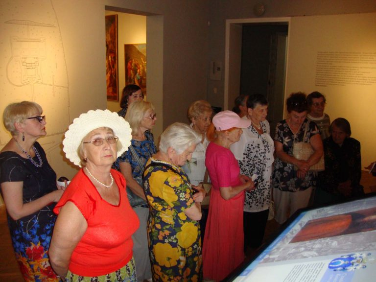 Літні львів'яни побували в картинній галереї ім. Бориса Возницького на виставці «Скарби Підгорецького замку»