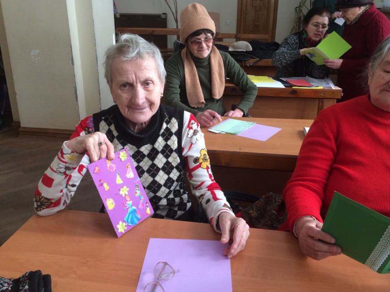 Львів`яни літнього віку виготовляли вітальні листівки своїми руками