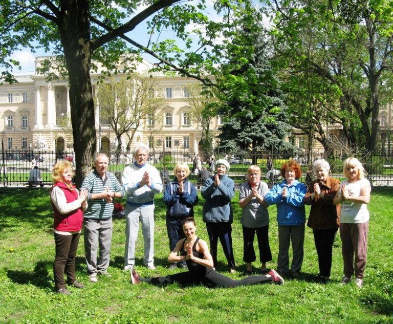 Для літніх львів'ян організували заняття з йоги