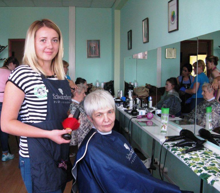 У Львові для літніх львів'янок організували «день краси»