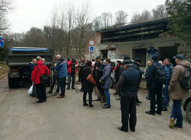 Працівники сфери соціального захисту м. Львова прибирали парк на Погулянці в рамках загальноміської толоки