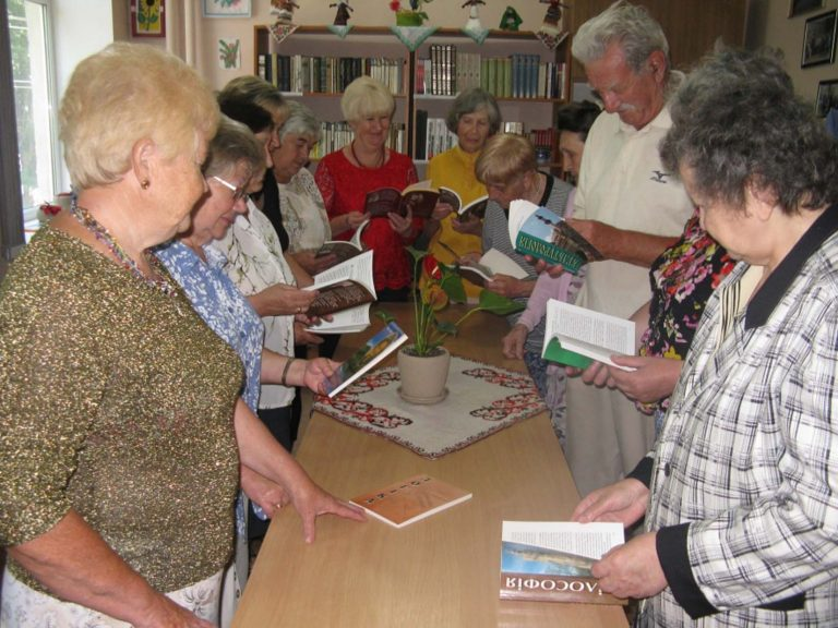 Для літніх дідусів та бабусь організували літературний вечір