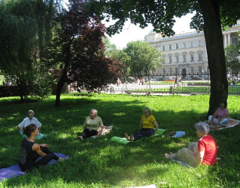 У парку Івана Франка відбулось групове заняття з йоги для літніх людей