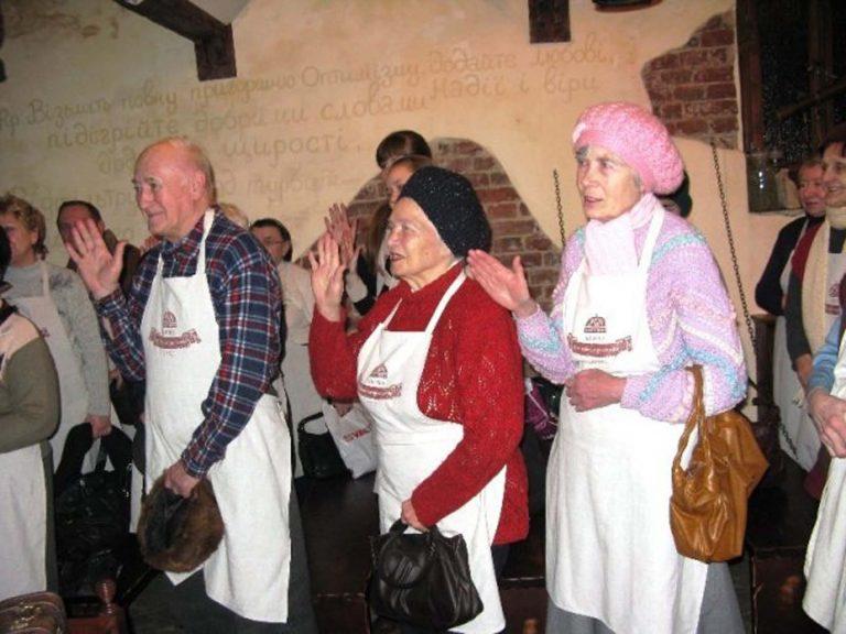 Львів'яни літнього віку побували в музеї «Таємна аптека»