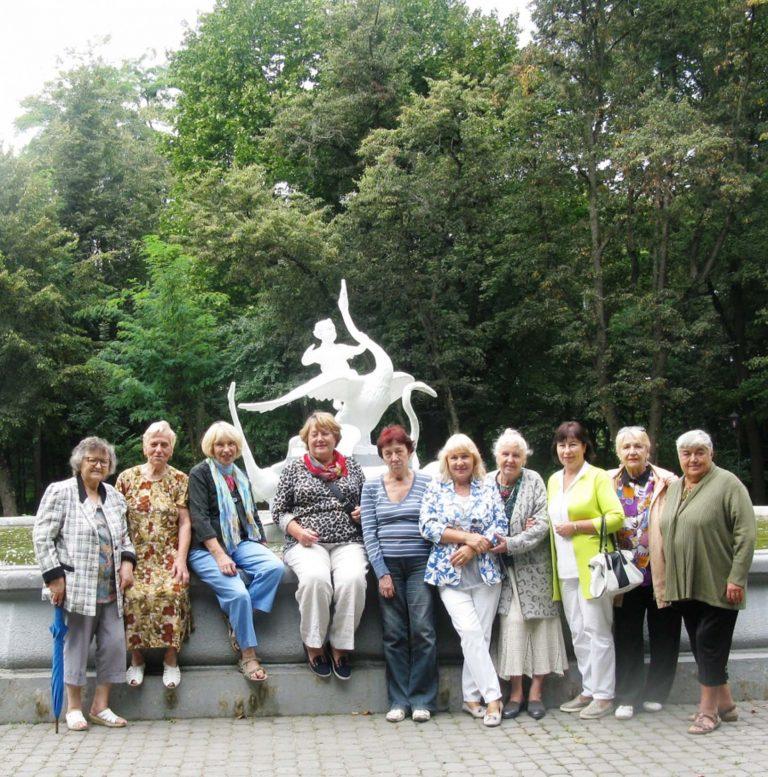 Львів'яни літнього віку проводять дозвілля у Стрийському парку