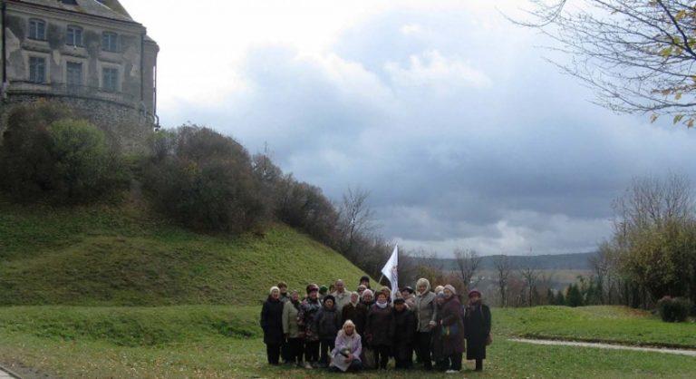 Літні дідусі та бабусі побували на екскурсії в Олеському замку