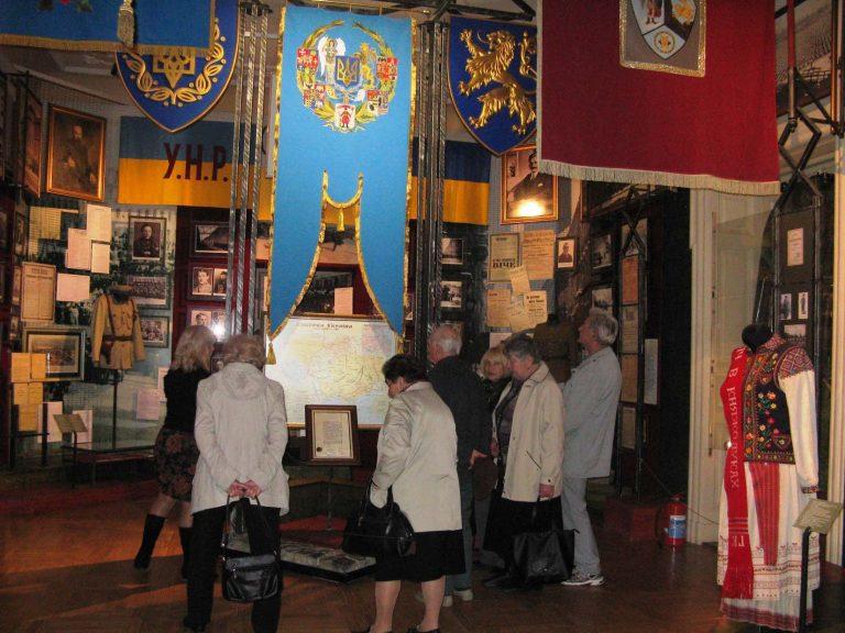 Літні львів'яни побували на екскурсії в «Будинку воїна»