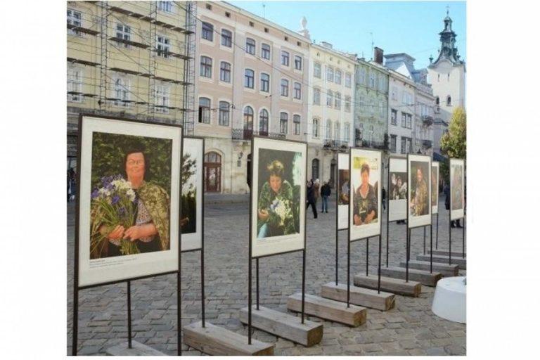 У Львові на Ринку відкрили виставку світлин «Батьки Небесного Легіону»