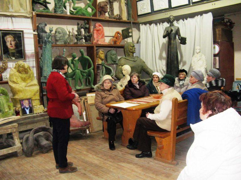 Для львів'ян поважного віку організували екскурсію у Меморіальний музей-майстерню Теодозії Бриж