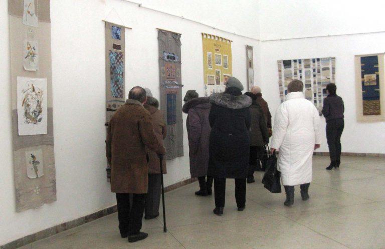 Літні львів'яни побували на виставці картин у Львівському палаці мистецтв