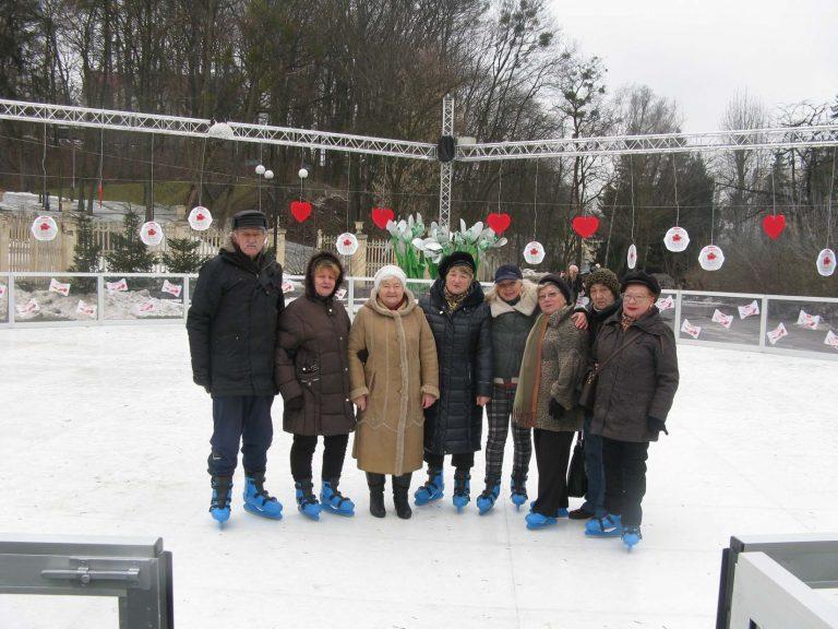 На ковзанах: львівські дідусі та бабусі цікаво і незвично відзначили День закоханих