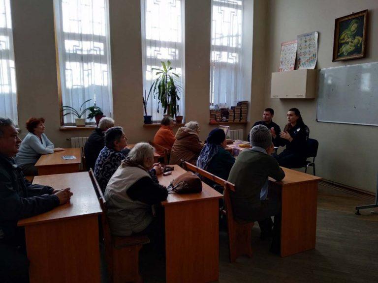 Корисні поради: львівські патрульні навчали літніх дідусів та бабусь, як протидіяти шахраям