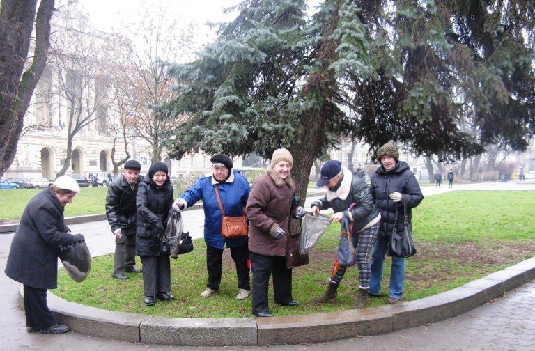 Літні львів'яни взяли участь у толоці «З нами місто розквітає»