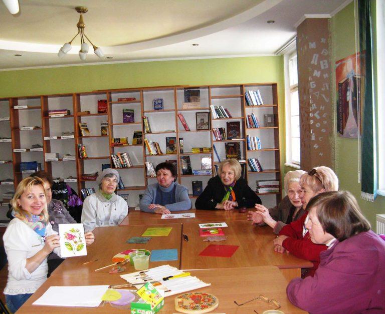 Для відвідувачів терцентру організували майстер-клас з петриківського розпису
