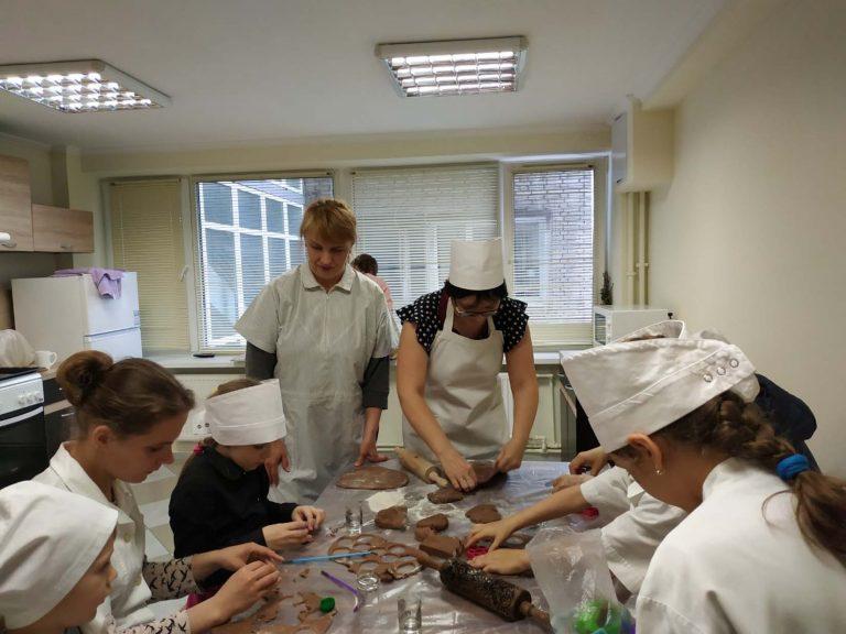 Конкурс малюнків та «солодкий» майстер-клас: у Центрі соціальної підтримки для дітей організували ряд заходів