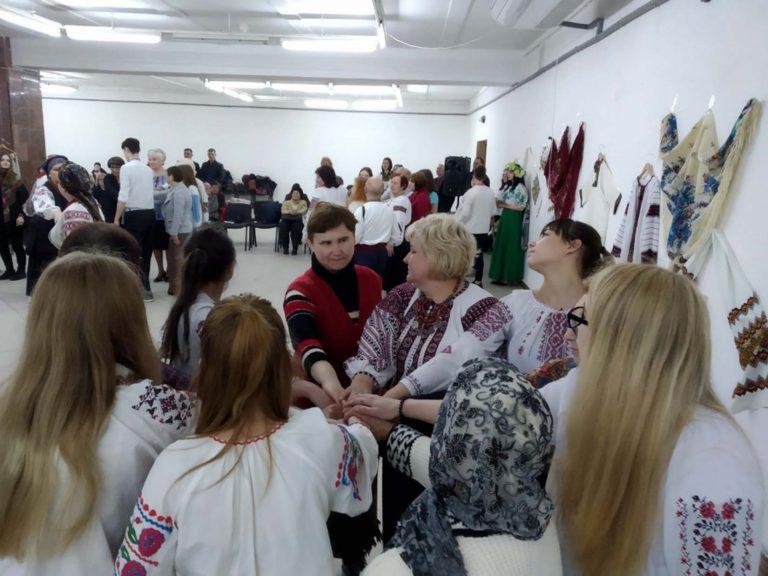 Львів'яни поважного віку з піснями і танцями відзначили День вишиванки