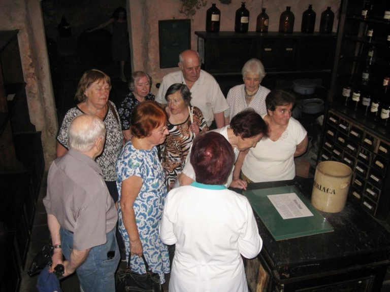 Група літніх львів'ян побувала в аптеці-музеї «Під чорним орлом»